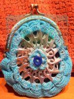 http://churrasymerinasmanualidades.blogspot.com.es/2014/02/monedero-con-anillas-de-latas-de.html