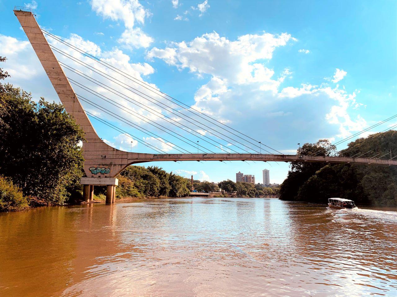 ponte, rio e barco a motor
