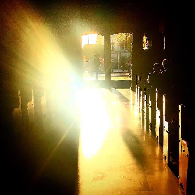 La Arqueología de la Luz analiza la simbología de las religiones antiguas y plantea preguntas sobre la naturaleza de la luz. El cielo y los astros están presentes en todas las culturas de nuestro planeta