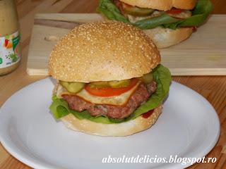 http://absolutdelicios.blogspot.ro/2015/04/cheeseburger-reteta-pentru-acasa.html