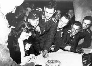 Rosita Serrano, firmando autógrafos a los soldados alemanes.