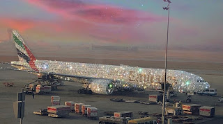 Το χριστουγεννιάτικο αεροπλάνο των Emirates είναι υπέρλαμπρο και ζαλίζει από τα διαμάντια