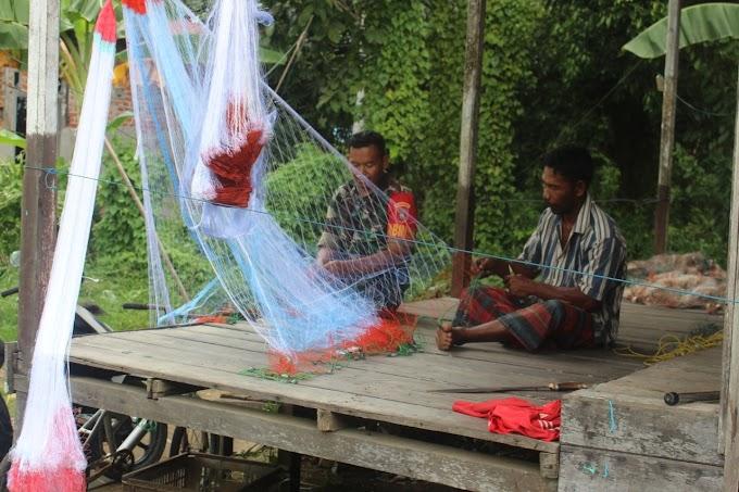 Peduli Nelayan, Babinsa Tanjung Tengah Perbaiki Jaring Ikan Warga