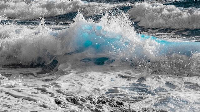 شكل الموج والوان البحر الازرق