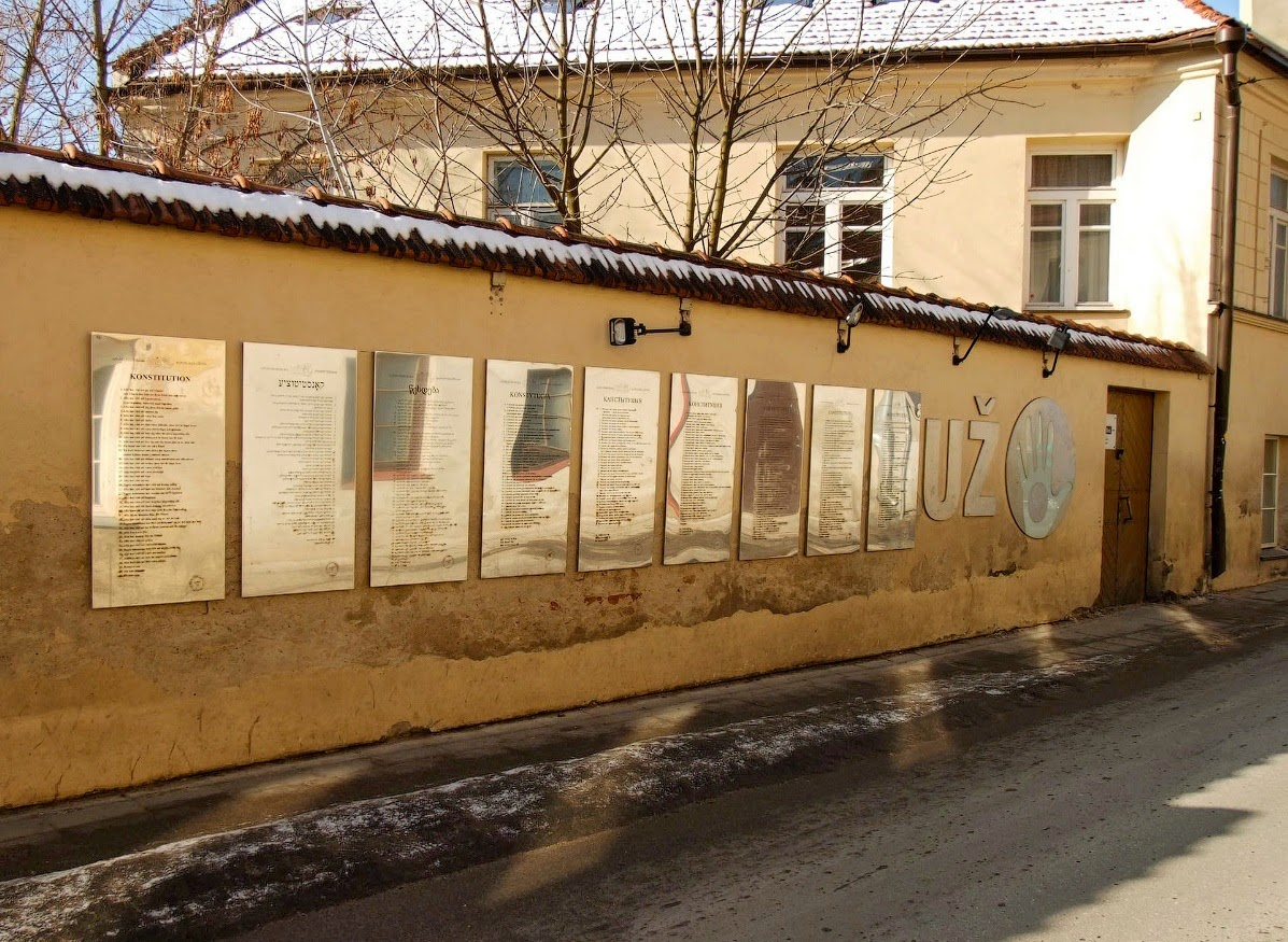 Стена с Конституцией Ужуписа на разных языках.