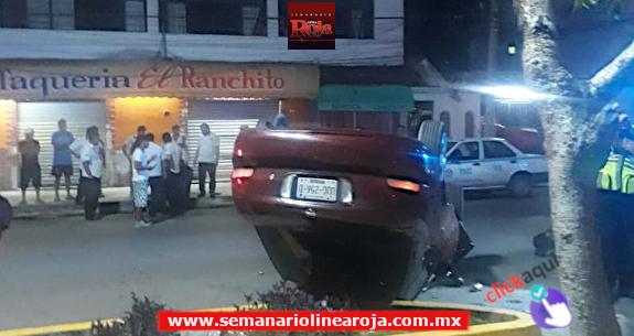 Vuelca automóvil sobre la avenida Juárez