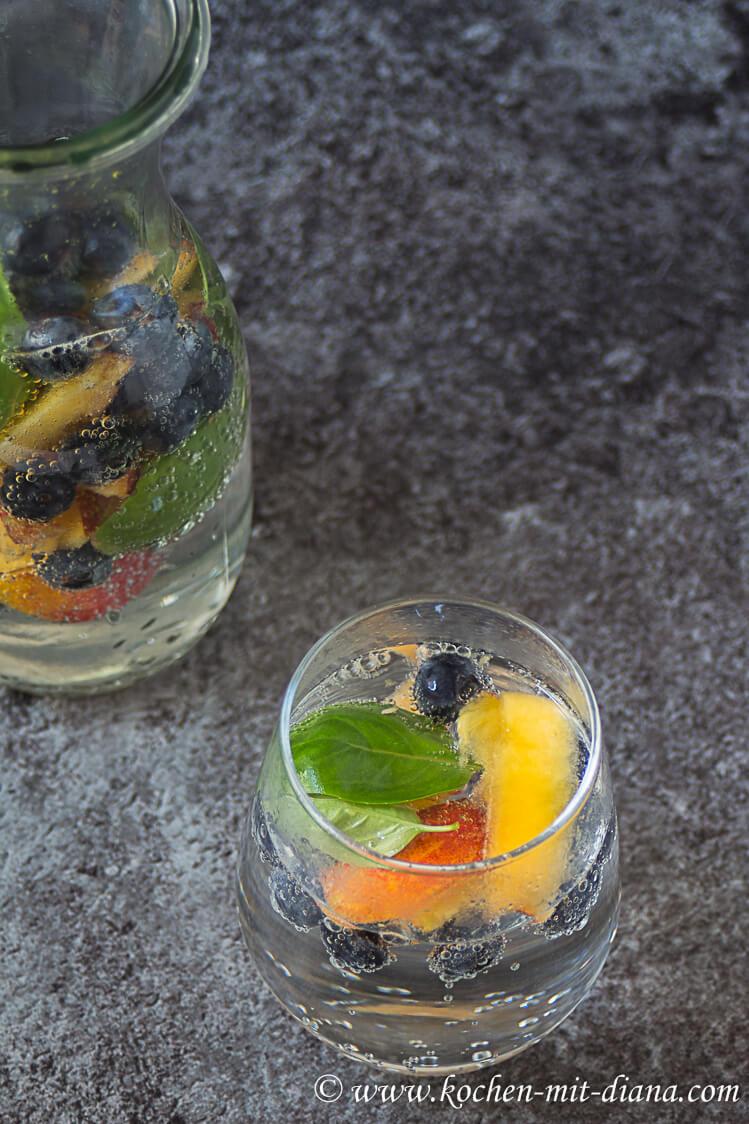 Nektarine-Blaubeer-Basilikum infused water