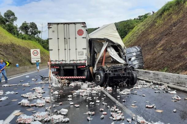 Engavetamento com carretas em Miracatu deixa uma vitima em estado grave
