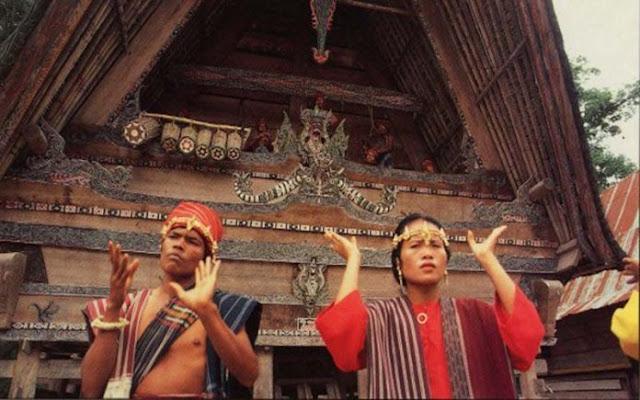 DETIKBATAK.COM (26/12/19)Batak merupakan salah satu suku bangsa yang ada di Indonesia Yang terbagi ke beberapa Sub Suku. Suku Batak Hampir merata Tersebar di seluruh Wilayah Republik indonesia.    Menurut legenda yang dipercayai sebahagian masyarakat Batak, bahwa Suku Batak berasal dari Pusuk Buhit daerah Sianjur Mula Mula sebelah barat Pangururan di pinggiran Danau Toba.    Suku Batak    Kalau versi ahli sejarah Batak mengatakan bahwa siRaja Batak dan rombongannya berasal dari Thailand yang menyeberang ke Sumatera melalui Semenanjung Malaysia dan akhirnya sampai ke Sianjur Mula mula dan menetap disana.    Sedangkan dari prasasti yang ditemukan di Portibi yang bertahun 1208 dan dibaca oleh Prof. Nilakantisari seorang Guru Besar ahli Kepurbakalaan yang berasal dari Madras, India menjelaskan bahwa pada tahun 1024 kerajaan Cola dari India menyerang Sriwijaya dan menguasai daerah Barus.     Pasukan dari kerajaan Cola kemungkinan adalah orang-orang Tamil karena ditemukan sekitar 1500 orang Tamil yang bermukim di Barus pada masa itu. Tamil adalah nama salah satu suku yang terdapat di India.  siRaja Batak diperkirakan hidup pada tahun 1200 (awal abad ke13)  Raja Sisingamangaraja ke-XII diperkirakan keturunan siRaja Batak generasi ke19 yang wafat pada tahun 1907 dan anaknya si Raja Buntal adalah generasi ke 20.    Dari temuan diatas bisa diambil kesimpulan bahwa kemungkinan besar leluhur dari siRaja batak adalah seorang pejabat atau pejuang kerajaan Sriwijaya yang berkedudukan di Barus karena pada abad ke-12 yang menguasai seluruh nusantara adalah kerajaan Sriwijaya di Palembang.    Akibat dari penyerangan kerajaan Cole ini maka diperkirakan leluhur siRaja Batak dan rombongannya terdesak hingga ke daerah Portibi sebelah selatan Danau Toba dan dari sinilah kemungkinan yang dinamakan siRaja Batak mulai memegang tampuk pemimpin perang, atau boleh jadi siRaja Batak memperluas daerah kekuasaan perangnya sampai mancakup daerah sekitar Danau Toba, Simalungun, Tanah Karo, Dairi sam