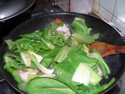 チンゲン菜の葉を炒める