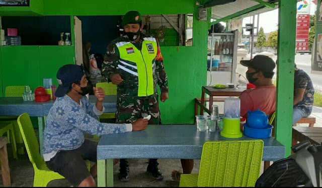 Lakukan Komsos,  Babinsa Erwin E Sidabutar Himbau Warga Kelurahan Ranai Disiplin Terapkan Prokes