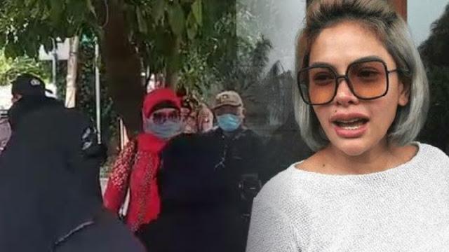 Nikita Mirzani ke Wanita Bercadar: Mending jadi Pengikut Gue Aja, Dapat Duit Banyak