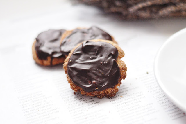 Ciasteczka ciecierzycowo-amarantusowe w czekoladzie