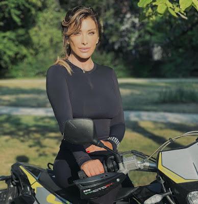Sabrina Salerno tuta Eva Kant con la moto del figlio
