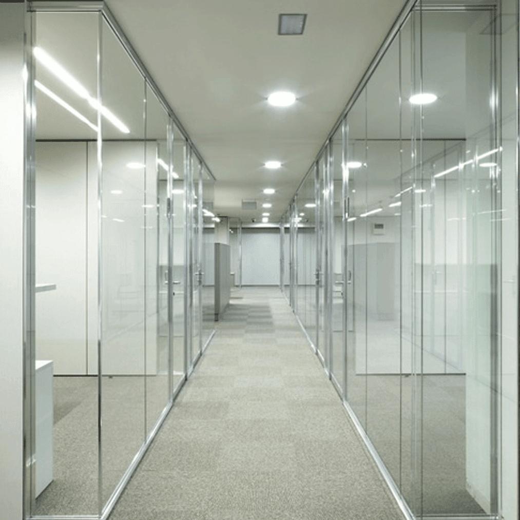 Mamparas de vidrio en cuatrecasas por estel ib rica for Paredes de cristal para oficinas