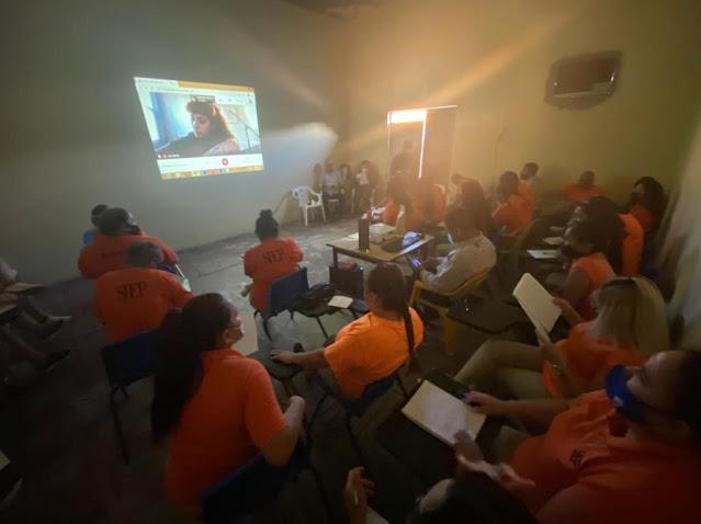 Mon Laferte imparte taller  de composición literaria y musical a mujeres de CERESO Sonora