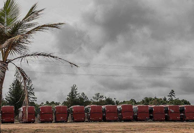 ônibus para transporte de funcionários do petróleo abandonados por falta de peças em Tomé.