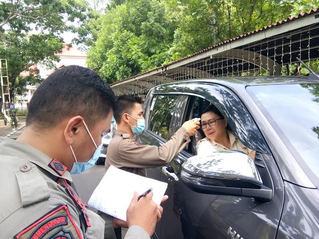 Sat Pol PP Lakukan Pemeriksaan Suhu Tubuh Setiap Pengunjung Masuk Kantor Gubernur