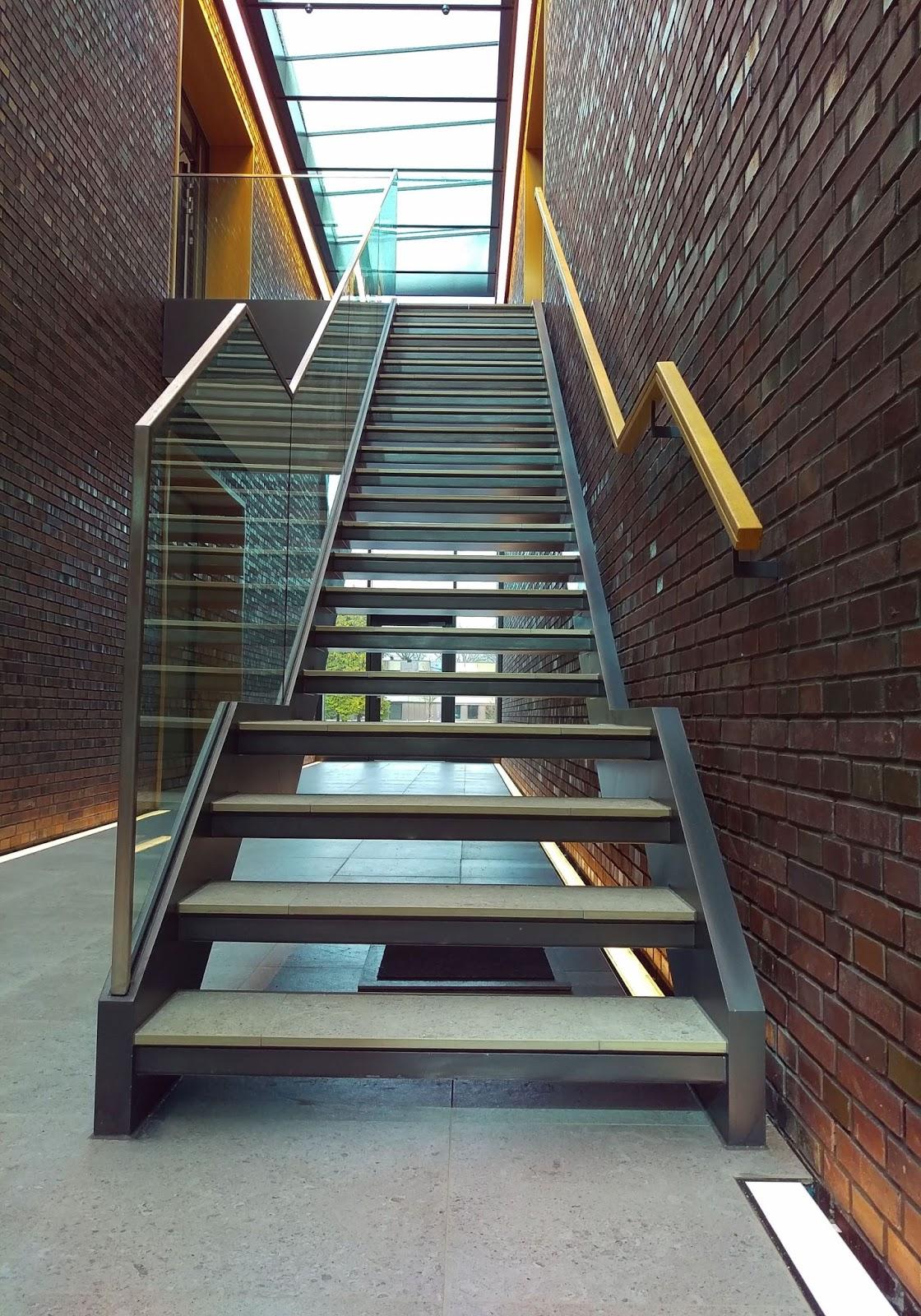 treppe mit zwischenpodest wohn design. Black Bedroom Furniture Sets. Home Design Ideas