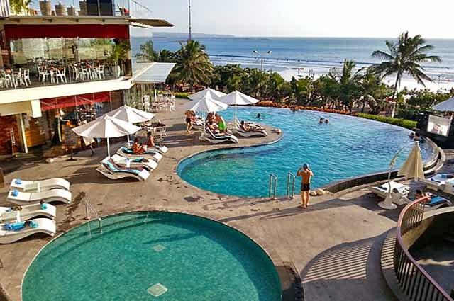 Berenang dan bersantai di infinity pool adalah aktivitas paling seru untuk di lakukan di Kuta Bali