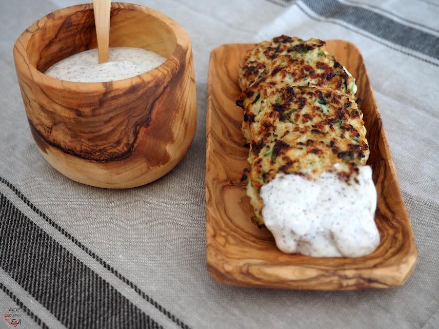 Hamburguesas de pavo y calabacín, jugosas y con mucho sabor: cebolleta, ajo, menta, cilantro, comino. Acompañadas con salsa de zumaque, crema fraîche y limón.