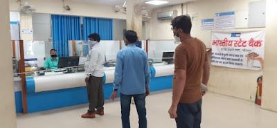 जौनपुर : बैंक में दिखी सोशल डिस्टेंस की थ्योरी, रखा जा रहा ग्राहकों का ध्यान