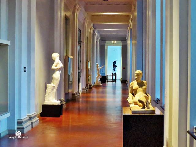 Vista ampla de um dos corredores internos da Pinacoteca de São Paulo - Luz