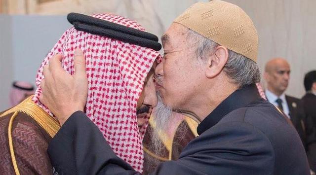Syeikh Hussein Lee cium kening Raja Salman - Alarabiya