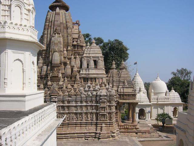 Ngôi làng Khajuraho là một trong những điểm đến du lịch nổi tiếng nhất Ấn Độ. Ngôi làng là nơi sinh sống của nhiều người đạo Hindu và ngôi đền Jain nổi tiếng với những tác phẩm điêu khắc theo văn hoá phồn thực của người Ấn trước kia. Ngôi đền được xây dựng trong suốt thời gian dài 200 năm từ năm 950 đến năm 1150.     Dưới thời cai trị của Chandella, Khajuraho là một cộng đồng lớn Jain và hưng thịnh. Những người theo Kỳ Na Giáo sống ở phía đông thành phố, hiện nay còn những di tích đền Jain ở Khajuraho. Các ngôi đền ở đây có tình trạng tốt.