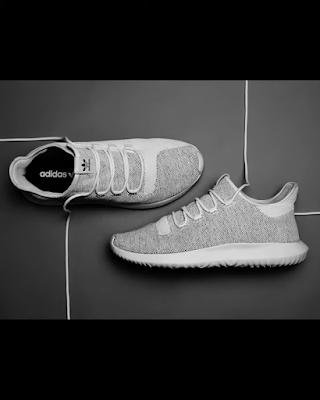 حذاء في وضع مناسب للتصوير