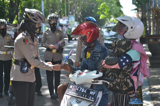Peringati HUT ke 72, Polwan Polres Probolinggo Kota Keliling  Bagikan Masker dan Bunga