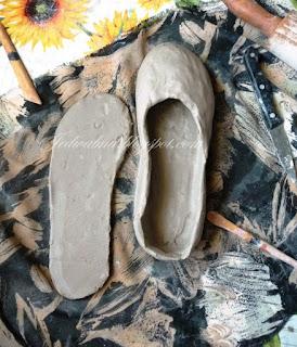 plastry gliny wycięte w kształt butów, balerinki