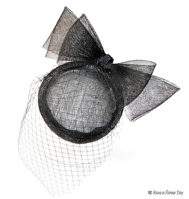 Tocado negro con lazo y velo · Black headpiece with bow and veil