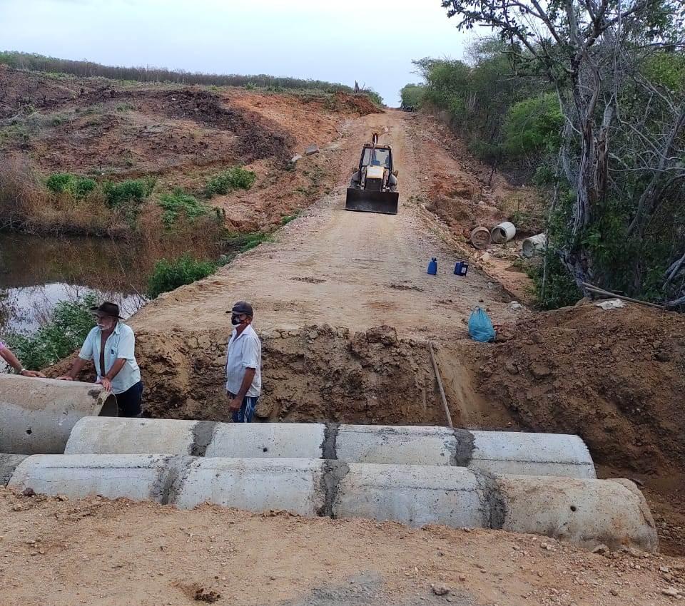 Prefeitura de Aurora realiza implantação de manilhas para escoar águas de sangradouro do Açude Coxá