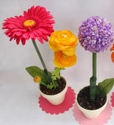 http://portaldemanualidades.blogspot.com.es/2013/08/centros-de-mesa-con-flores-frescas.html