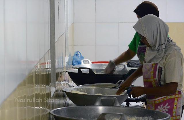 Kegiatan di dalam ruangan produksi susu bubuk