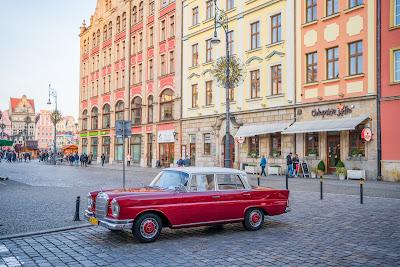 Zabytkowy mercedes na placu Solnym