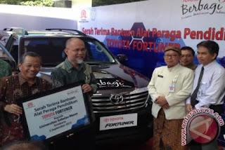 Wakil Presiden Direktur TMMIN Warih Andang Tjahjono (dua kiri) bersama Rektor UNS Prof. Dr. H. Ravik Karsidi (kiri) pada penyerahan satu unit Toyota Fortuner di Solo, Kamis (3/9/15).