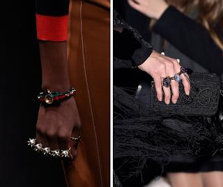 Anillero y anillos similares en estilo y tamaño