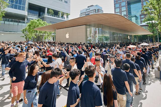 Apple Xinyi A13 opens in Taipei
