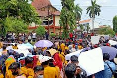 Tolak UU Cipta Kerja, Ribuan Mahasiswa Demo Kantor DPRD Sumenep