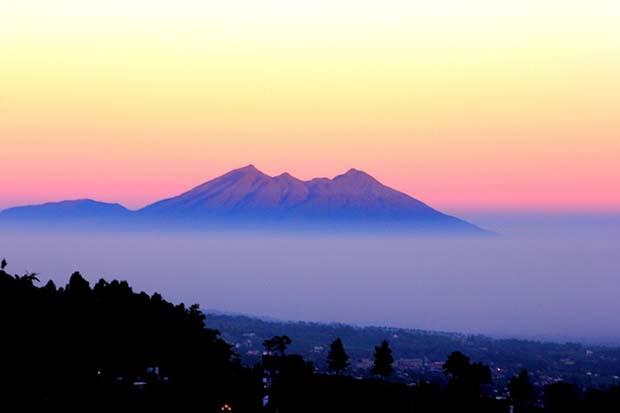 Uji Nyali Anda Dengan Mendaki di 4 Gunung yang Syarat Mistis Ini