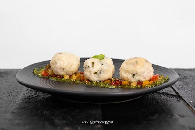 Canederli estivi alla ricotta con verdure su pesto di basilico