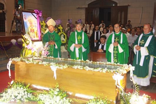 Ngày thứ Ba: Kính viếng và cầu nguyện cho Đức cha Phanxicô Xaviê Nguyễn Văn Sang - Ảnh minh hoạ 55