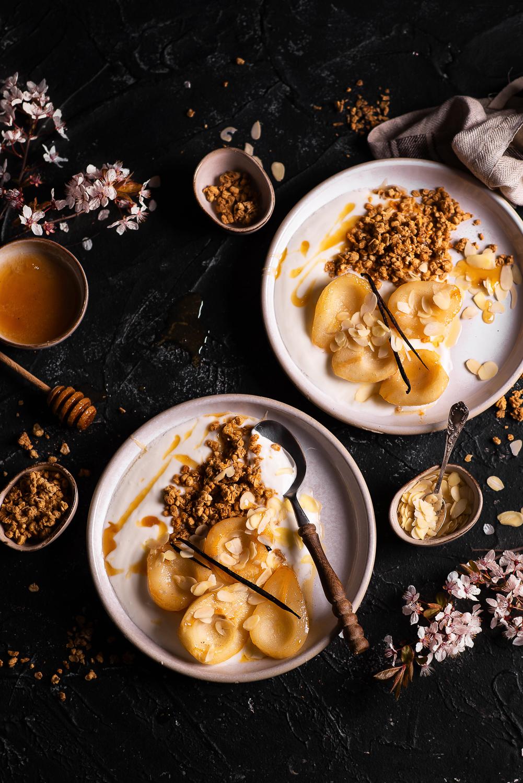 Deser jogurtowo-waniliowy z karmelizowanymi gruszkami