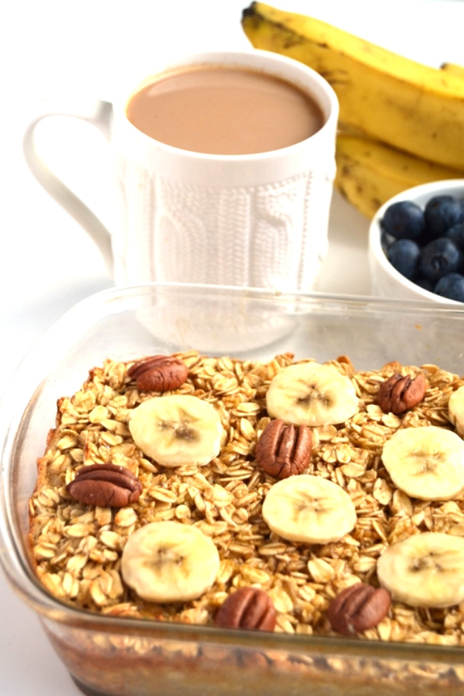 Salted Caramel Baked Oatmeal topped with bananas and toasted nuts makes the perfect cozy breakfast! It tastes indulgent but is nutritious and filling. www.nutritionistreviews.com