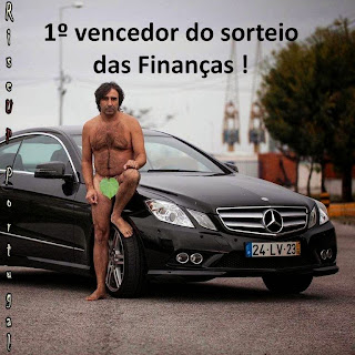 Resultado de imagem para um pobre junto dum carro de luxo que lhe saiu no sorteio