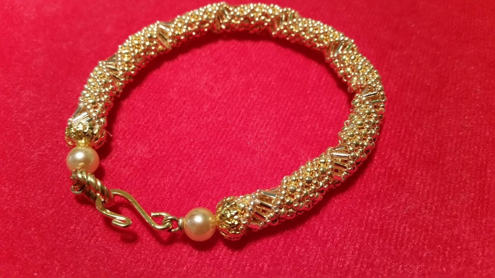 cuelgo de mi bisutería. Algo sencillo y conocido, la espiral rusa, en estas pulseras en tonos dorados. Sencillas y elegantes. La diferencia la marca el
