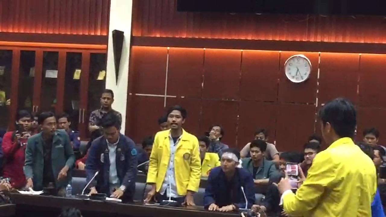 Berdiri Kepalkan Tangan di Ruang Sidang, BEM UI: Kami Tidak Percaya DPR!