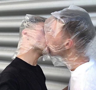 ljubljenje-u-usta-tokom-covid19-koronavirus-pandemije-kese-na-glavama